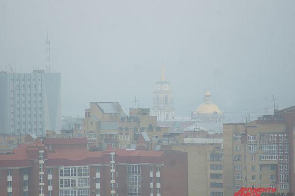 Особенно «эффектно» смотрелись в тумане высотные здания.