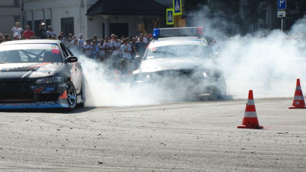 Чтобы участвовать в соревнованиях по дрифту, автомобиль должен быть на заднем приводе.