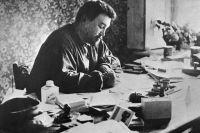 Писатель Александр Куприн за столом в своём кабинете.