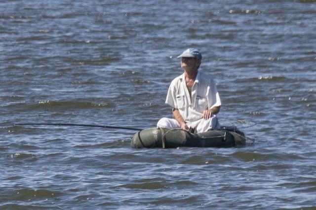 Рыбалка на надувной лодке может быть опасна.