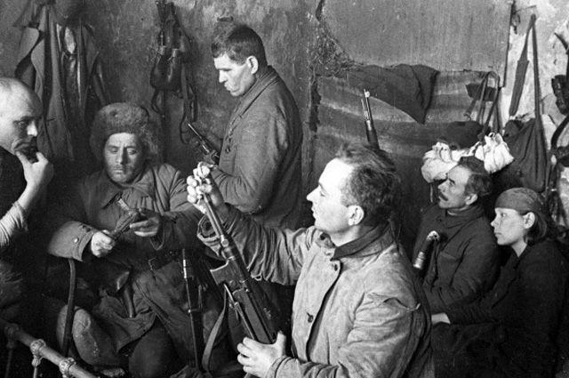 Партизаны Донбасса проверяют готовность оружия к бою.