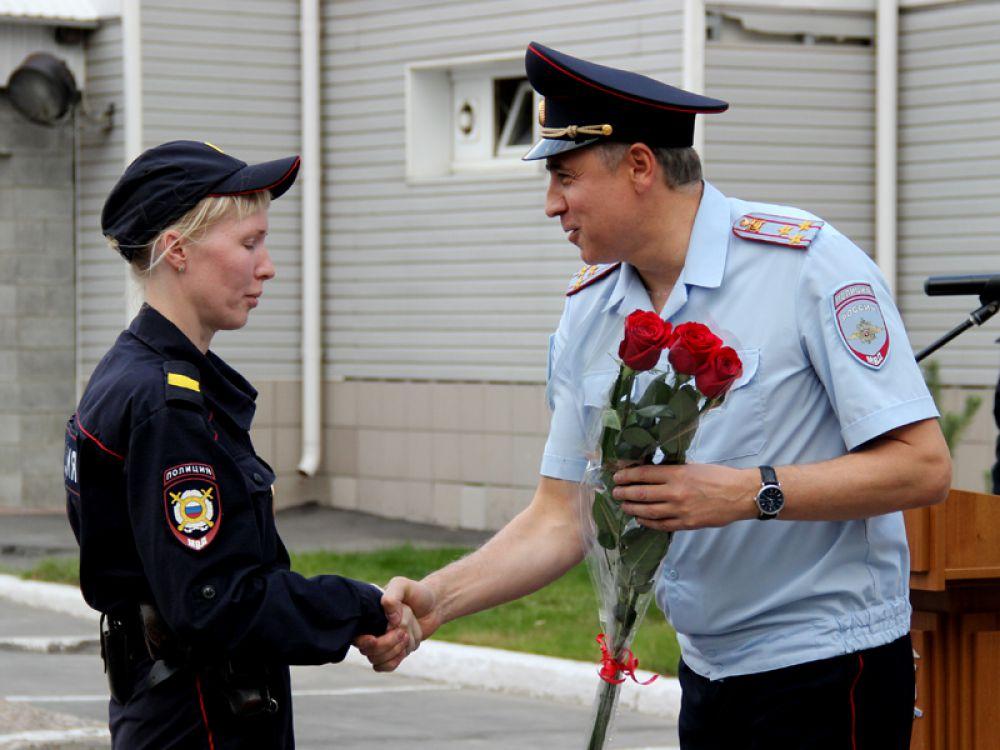 Единственную женщину-постовую наградил и поздравил врио начальника областного УМВД полковник полиции Сергей Артищев