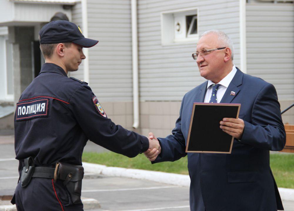 Анатолий Бакаев благодарит полицейских от имени Законодательного собрания
