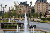 Улицы города украшают не только газоны и клумбы, но и фонтаны.