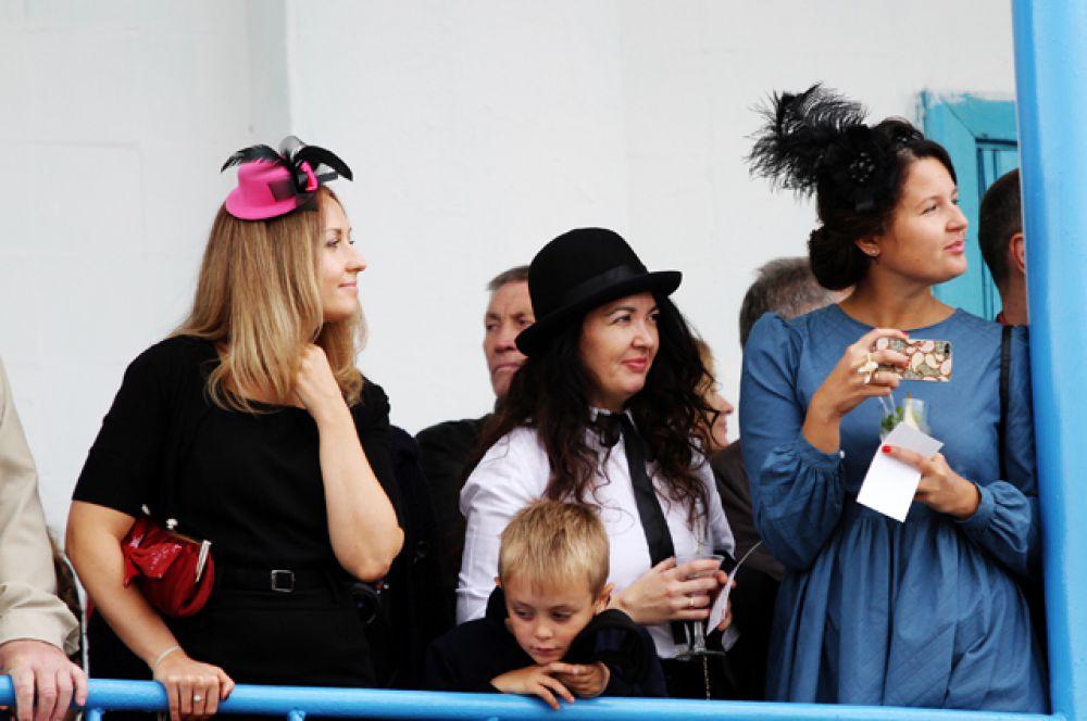 Некоторые из них не забыли классической традиции и пришли на ипподром в модных шляпках.