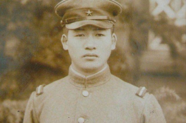 Симидзу в форме сержанта.