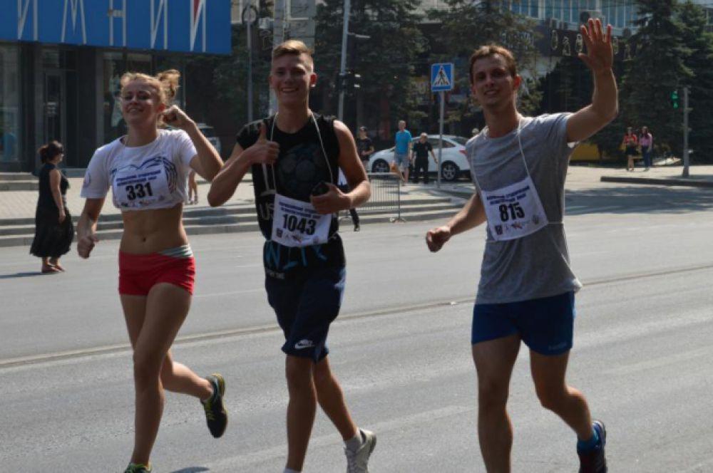 Поддержке болельщиков все участники забега были рады и приветственно махали в ответ.