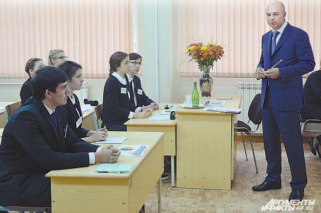 Министр финансов уже не в первый раз рассказывает школярам о государственной казне.