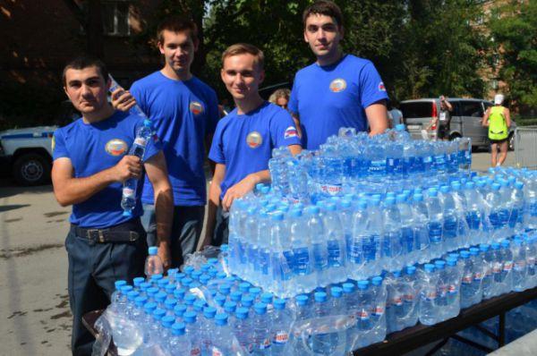 После финиша всем участникам протягивали бутылочку воды. У финишного створа дежурила и бригада медиков.