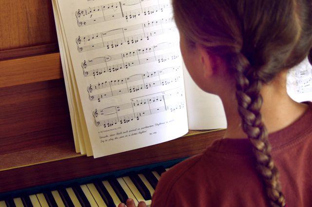 Теперь ученики школы искусств будут заниматься на рояле известно музыканта.