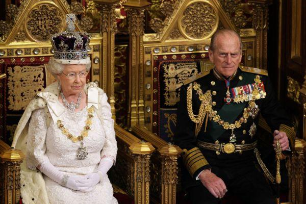 Своего супруга - принца Филиппа - королева встретила в возрасте 8 лет. Сын греческого принца был вынужден бежать из родной страны в Англию в возрасте 1 года в коробке из-под апельсинов. Естественно, союз дочери с «обедневшим принцем» король Великобритании Георг VI не приветствовал. По слухам, Елизавета сама добилась расположения Филиппа, в которого была влюблена с ранних лет, а потом сделала ему предложение руки и сердца.