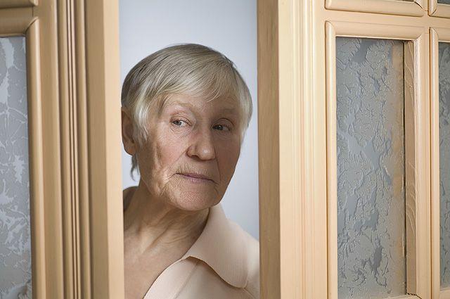 Пенсионеры доверяют не случайным людям, а социальным работникам.