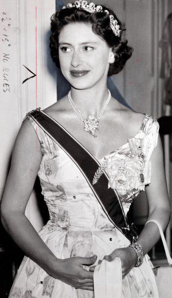 В день смерти отца к 25-летней Елизавете подошла ее младшая сестра, принцесса Маргарет, и сказала: «Это значит, что ты станешь королевой? Бедняжка!»