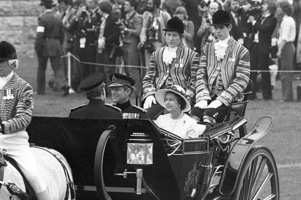 Елизавета II - главнокомандующая Вооруженными силами Англии. Она сама проводит все важные встречи с главами Содружества, а также посещает военные объекты во время своих визитов в другие страны.