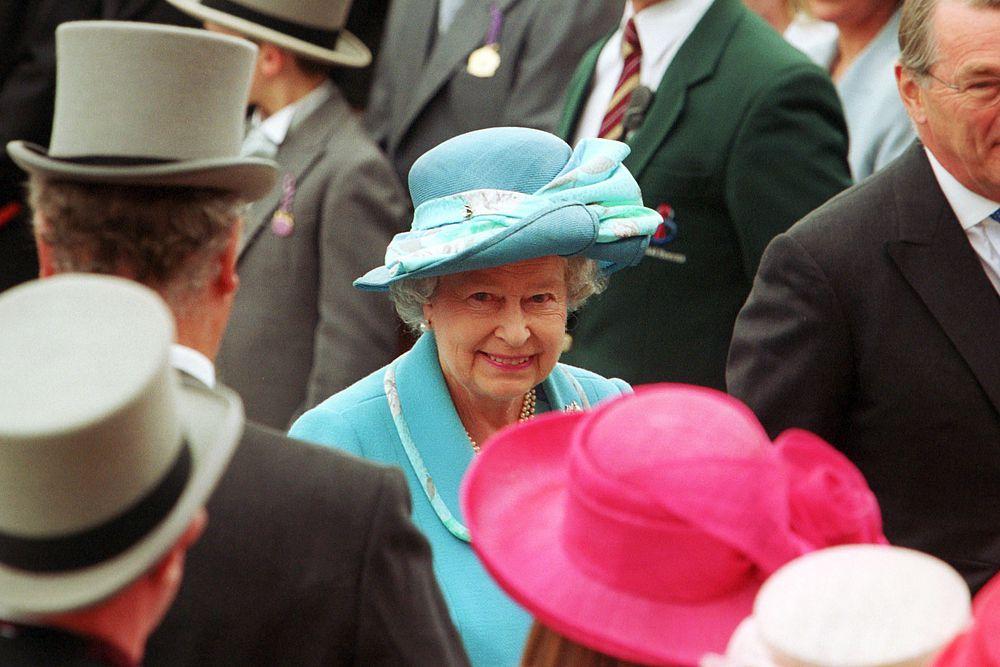 Порядок окружает королеву во всем, поэтому неудивительно, что в гардеробной Елизаветы II все вещи имеют порядковый номер. Там же указывается место и время, в которое наряд был надет. Учитывая плотный рабочий график королевы, только так она может избежать повторений.