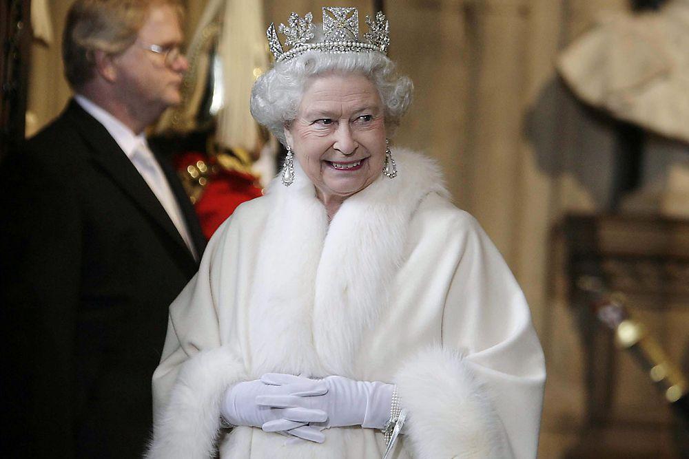 Дедушка Елизаветы, Георг V был двоюродным братом российского императора Николая II. А королевы Филипп Маунтбеттен приходится праправнуком русскому царю Николаю I. Таким образом, после Елизаветы на британский престол должен вступить родственник Романовых, коим является сын Елизаветы Чарльз.