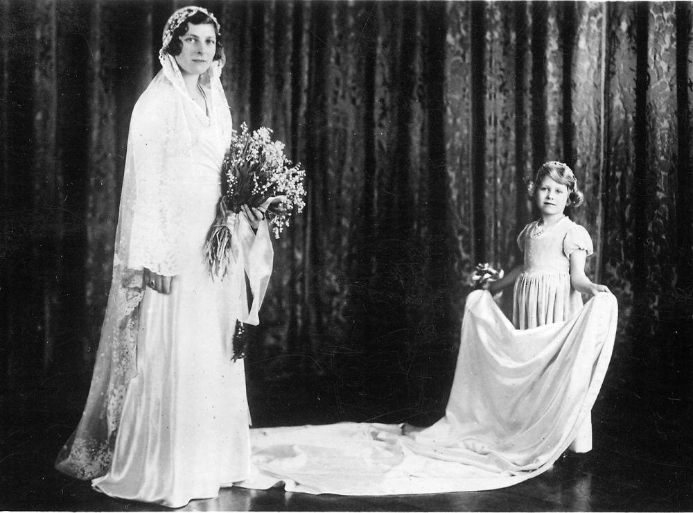 Королева Елизавета родилась 21 апреля 1926 года. На момент появления на свет она была третьей в очереди на престол, тогда о ее будущем воздвижении на трон не могли даже подумать.