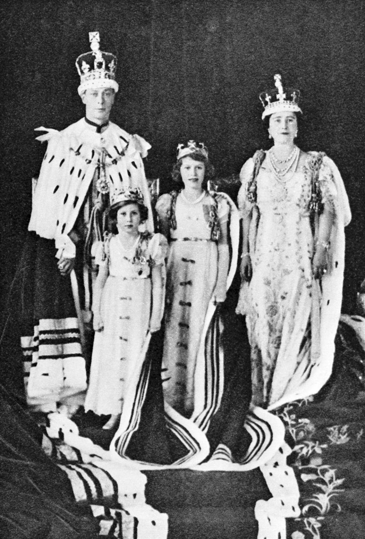 Королева каждый день из сотен писем подданных, пришедших за сутки, выбирает несколько, которые читает, а затем диктует помощнику ответы на каждое из них.