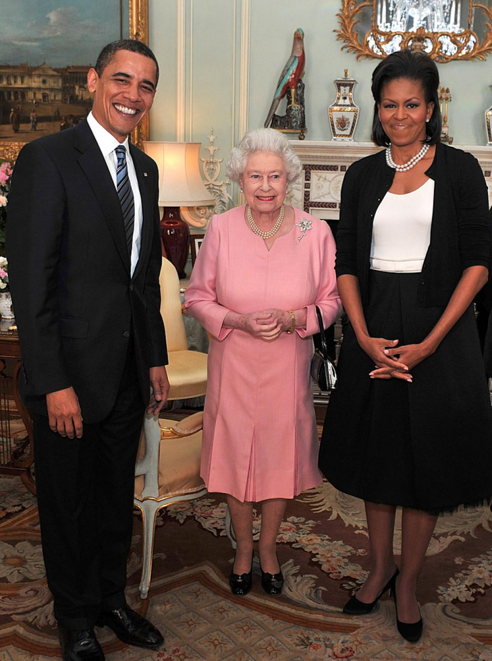 Королева - единственный житель Великобритании, который не имеет паспорта и прав. Однако это не мешает ей активно путешествовать и водить машину. Кстати, за руль она впервые села в 19 лет. Имея за спиной 67-летний стаж вождения, королева была замечена папарацци за рулем в 2012 году. В машине без сопровождения Елизавета II возвращалась из шотландской резиденции, где она охотилась на рябчиков.
