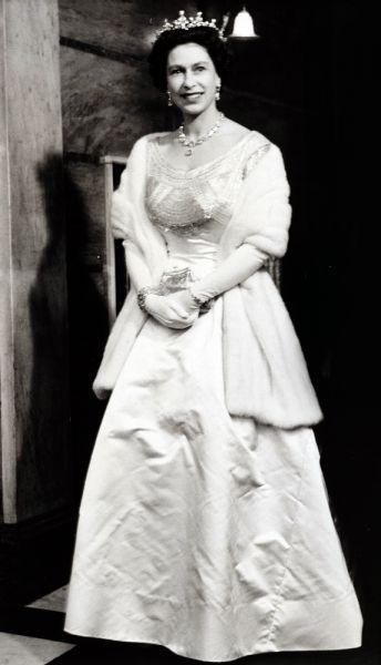 Свадьба принцессы Елизаветы и лейтенанта Филиппа Маунтбаттена состоялась 20 ноября 1947 года. На торжестве присутствовало 2000 приглашенных гостей. Свадебное платье сшил дизайнер Норман Хартнелл, а голову невесты украсила бриллиантовая тиара, которую подарила ей в детстве королева Мэри. После вступления в брак с принцессой Филипп не был помазан в короли. При восхождении супруги на престол он был первым, кто принес ей присягу со словами: «Я, Филипп, герцог Эдинбургский, стану вашим вассалом в болезни и здравии, буду служить Вам верой и правдой, с почетом и уважением, до самой смерти».