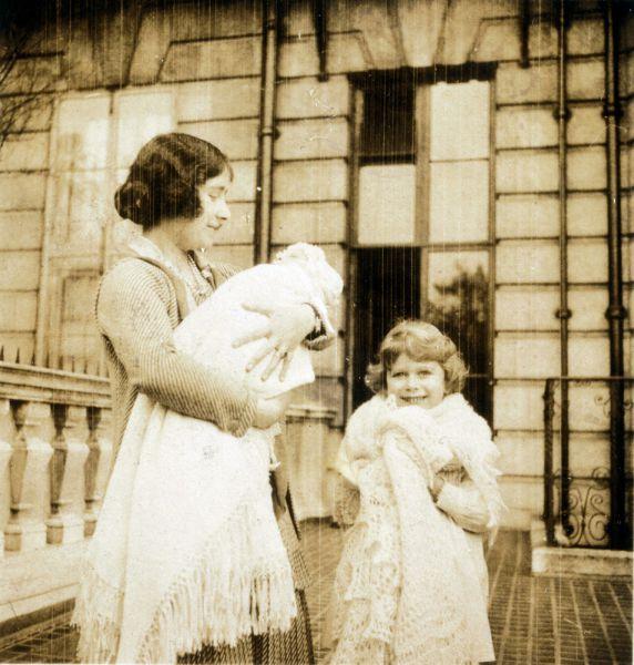 Обучением Елизаветы занимался лично ее отец - король Георг VI. В числе ее учителей также значились вице-ректор Итона и архиепископ Кентерберийский. С ранних лет Лилибет, как ее звали дома, была увлеченной и активной натурой. Ей очень нравилось изучать языки. Благодаря иностранным гувернанткам, она в детстве в совершенстве овладела французским. В 11 лет, еще будучи принцессой, Елизавета стала скаутом, а затем морским рэйнджером.