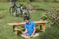Хорошо листать под солнцем книгу на лугу.