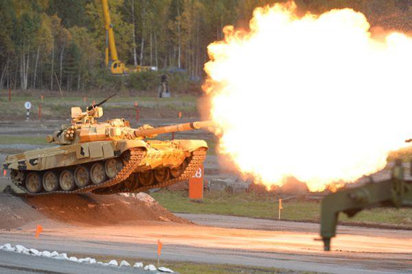 Танк Т-90А во время демонстрационных стрельб на открытии 10-й международной выставки Russia Arms Expo.