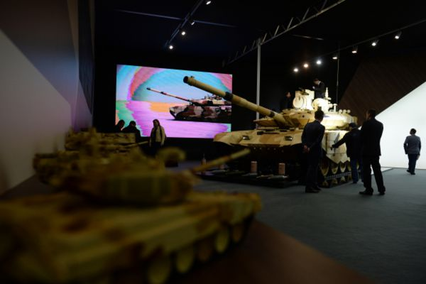 Участники 10-й международной выставки Russia Arms Expo рассматривают представленные образцы военной техники.
