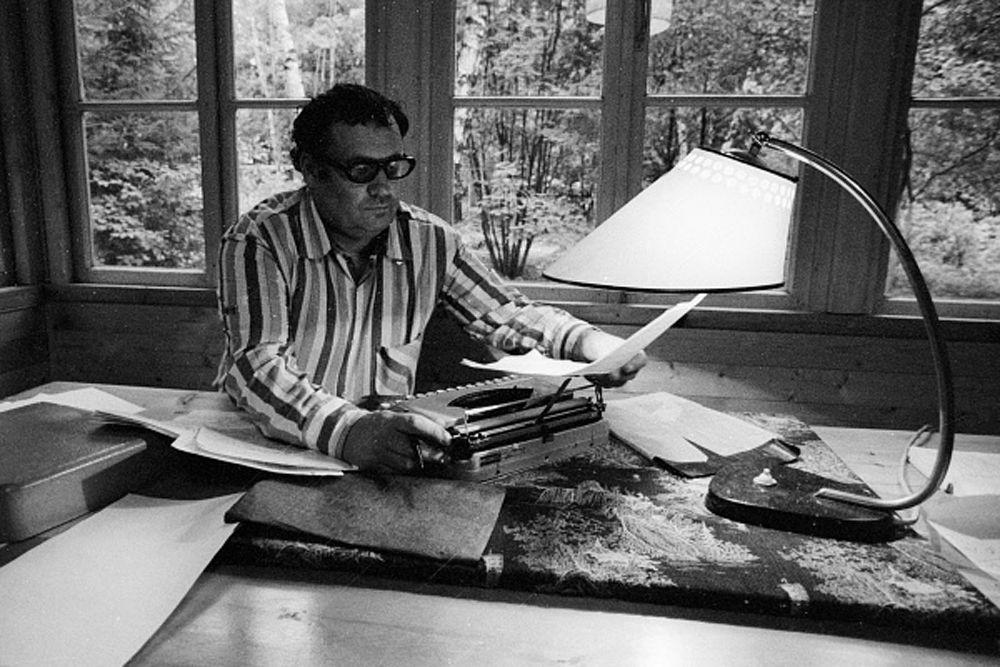 Эльдар Рязанов за рабочим столом на даче. 1978 год.