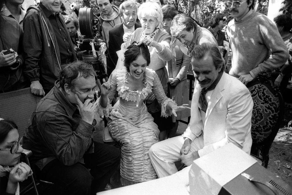 Эльдар Рязанов, Лариса Гузеева и Никита Михалкова во время съемок фильма «Жестокий романс». 1983 год.