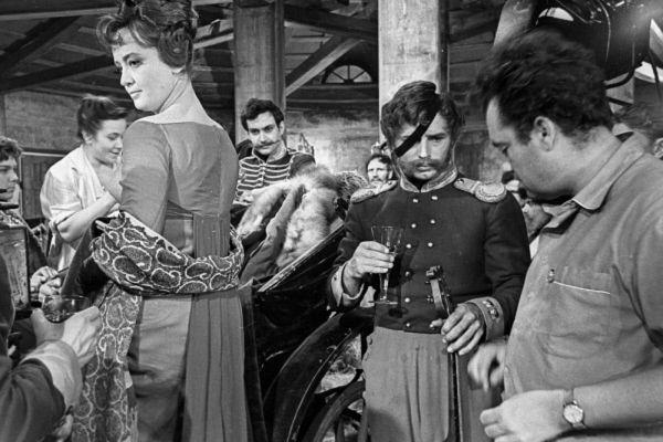 Эльдар Рязанов (справа) и актриса Татьяна Шмыга слева на съемках фильма «Гусарская баллада». 1962 год.