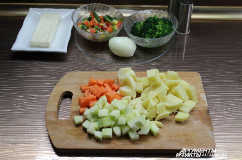 Режем овощи кубиками.