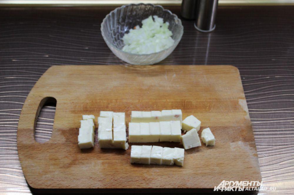 Режем сыр и добавляем в суп, хорошо перемешиваем.
