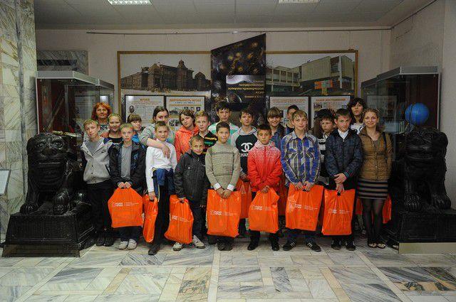 Сотрудники «Газпромнефть-Региональные продажи» перед 1 сентября подарили школьникам подарки.
