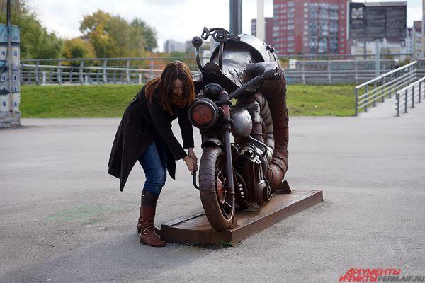 «Пермский период». Моллюск, сросшийся с мотоциклом, вот уже шесть лет не может тронуться с места и выехать на просторы городских джунглей. Возможно, ему нужна техническая помощь?