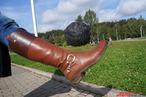 «Жук-скарабей». Инсталляция в «Саду камней», собранная из старых автомобильных покрышек, – еще один пережиток культурной революции в Перми. Насекомое пытается тащить огромный резиновый шар. Почему бы не помочь ему в этом?