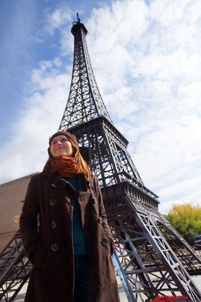 Эйфелева башня в Перми. Стальная конструкция в Индустриальном районе является уменьшенной копией знаменитой Эйфелевой башни. Правда, пермская конструкция весит всего семь тонн, в то время как ее аналог в Париже – 10100 тонн. Но это не мешает пермякам сделать фото а-ля «Я в Париже», находясь в родном городе. Главное – правильно выбрать ракурс, чтобы в кадр не попали гаражи и промзона.