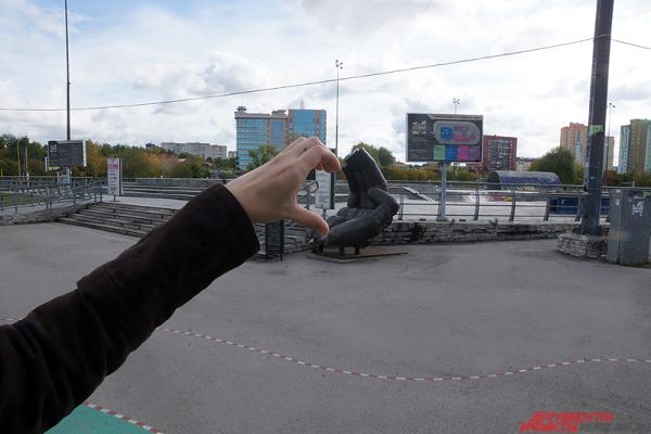 «Трон» в форме ладони. Уличная скульптура, которая находится у входа в пермский экстрим-парк, уже не вызывает ни у кого удивления. Чаще всего туристы садятся внутрь и делают снимок себя, сидящего на ладони. Мы же решили добавить арт-объекту немного романтики.