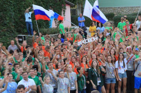 Вечером на сцене молодые люди демонстрируют свои таланты, их поддерживают сверстники!