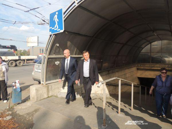 Новый директор завода Евгений Михель вышел из главной проходной вместе с председателем профкома Олегом Косых.
