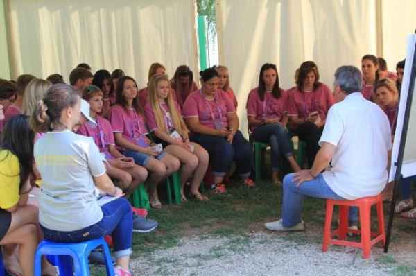 Около 150 спикеров и экспертов со всей России ведут со студентами лекции и мастер-классы.