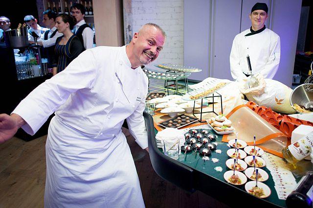 Шеф-повар представляет шедевры кулинарии.