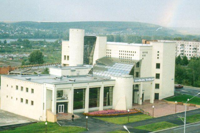 Проект здания банка «УРАЛСИБ» на проспекте Октябрьский Сергей Зыков создавал в соавторстве с Л. Савиновой.