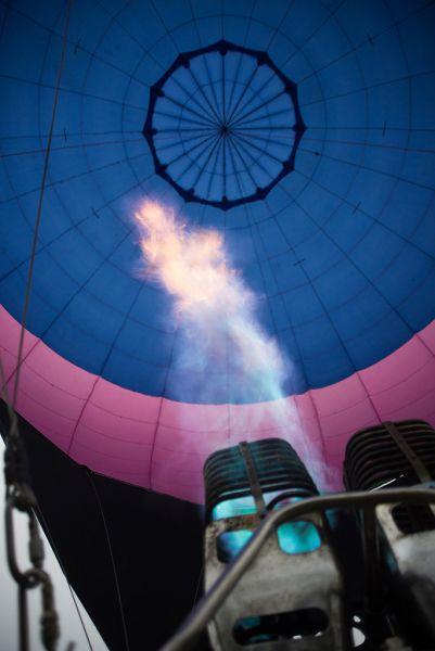 В свободном полете шар движется со скоростью ветра.