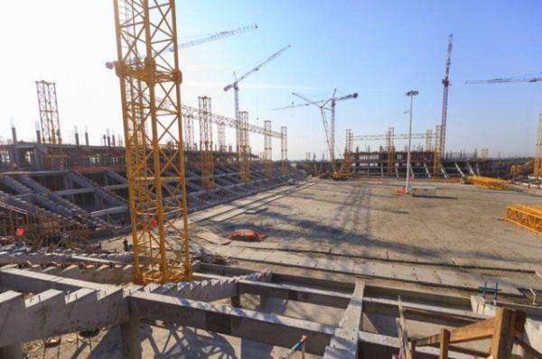 В июне завершена забивка почти 28 тысяч свай фундамента и начато возведение трибун. Сейчас идут работы по устройству железобетонных конструкций надземной части арены.