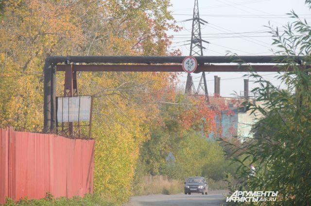 Поселок находится в промзоне, его окружают ЛЭП и маленькие заводы.