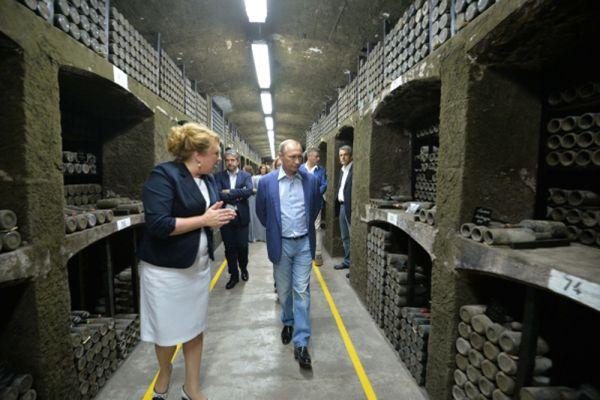 Владимир Путин вместе с бывшим итальянским премьером Сильвио Берлускони посетил главный подвал в объединении «Массандра» с самой большой библиотекой вин в мире.
