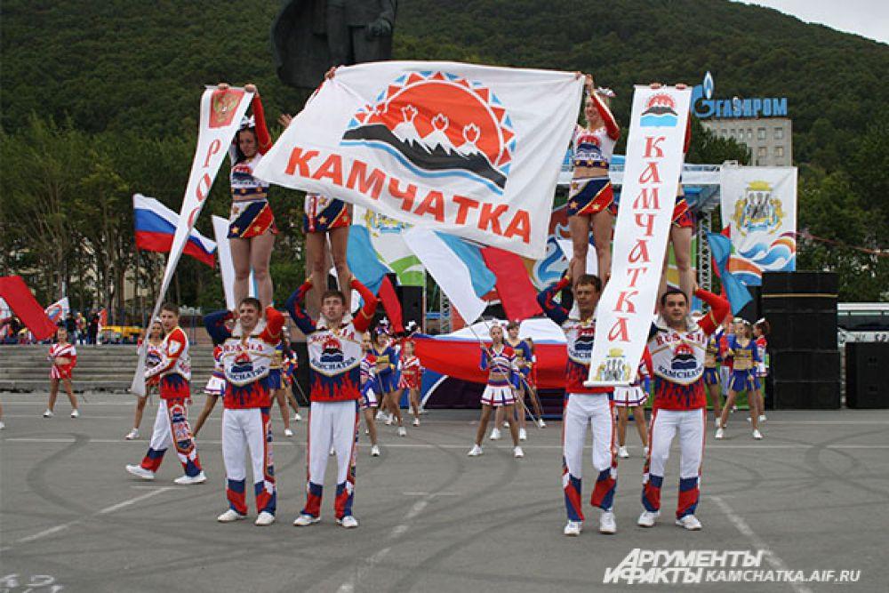 На главной сцене города для гостей праздника выступили ведущие хореографические коллективы Петропавловска: «Изюминка», «Варьете», «Махабат», «Рассветы Камчатки», «Смешинки».