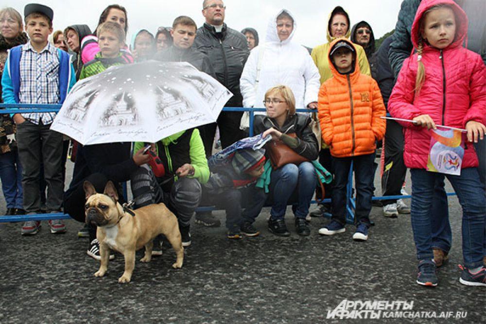 Горожане приняли участие в празднике, несмотря на плохую погоду.