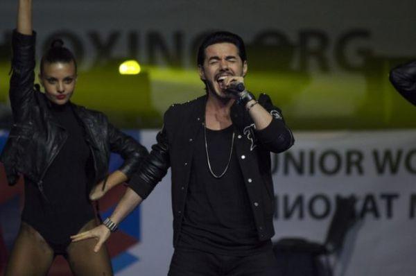 Тимур Родригез пел на Открытии турнира.